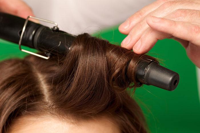 ヘアアイロンやコテを使うと白髪になりやすい?
